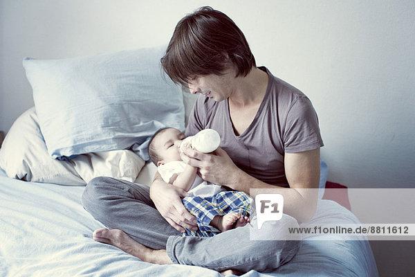 Vater Fütterung Flasche Fütterung Baby