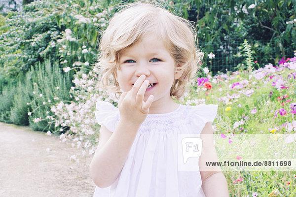 Kleines Mädchen auf Naturpfad  Portrait