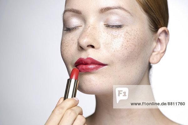 Junge Frau mit Lippenstift