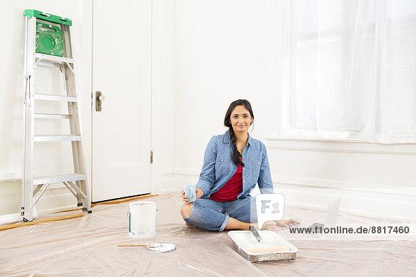 Frau Entspannung Zimmer mischen streichen streicht streichend anstreichen anstreichend Mixed