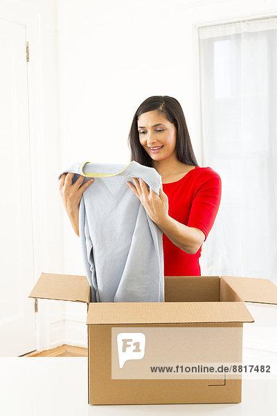 Frau  verpacken  mischen  Pappe  Mixed