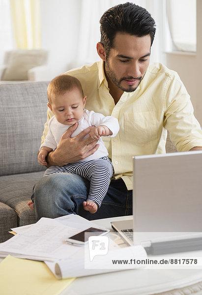 benutzen  Notebook  Menschlicher Vater  halten  Baby