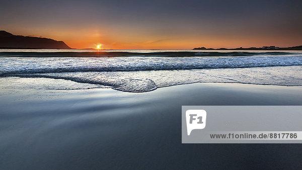 Sonnenuntergang am Strand von Ramberg  Flakstad  Flakstadøy  Lofoten  Nordland  Norwegen