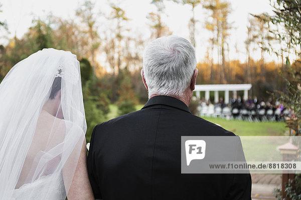 Europäer  Braut  gehen  Menschlicher Vater  Gang