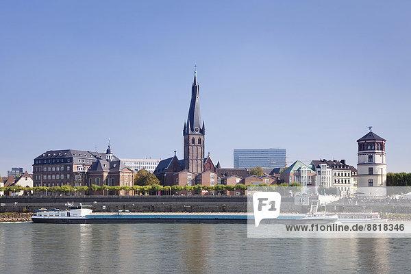 Düsseldorfer Altstadt mit Lambertus-Kirche und Schlossturm an der Rheinpromenade  Düsseldorf  Nordrhein-Westfalen  Deutschland