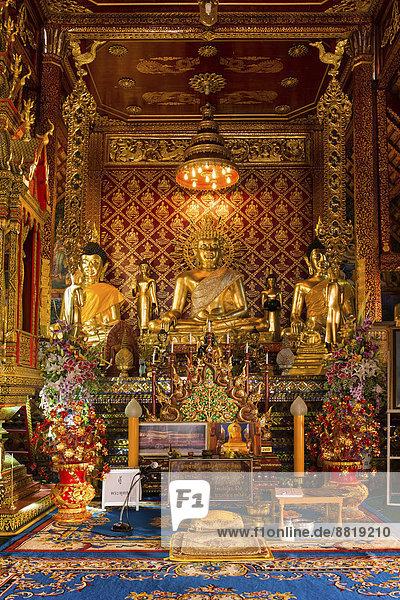 Goldene Buddha-Statuen im Wat Phrah Singh Tempel  Chiang Rai  Provinz Chiang Rai  Nordthailand  Thailand