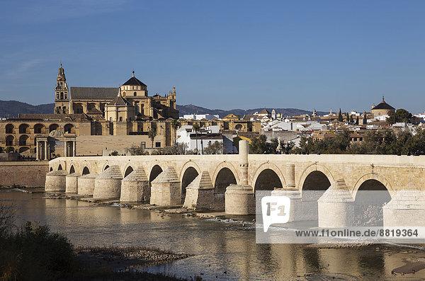 Puente Romano  Brücke über den Fluss Guadalquivir mit der Mezquita hinten  Córdoba  Andalusien  Spanien