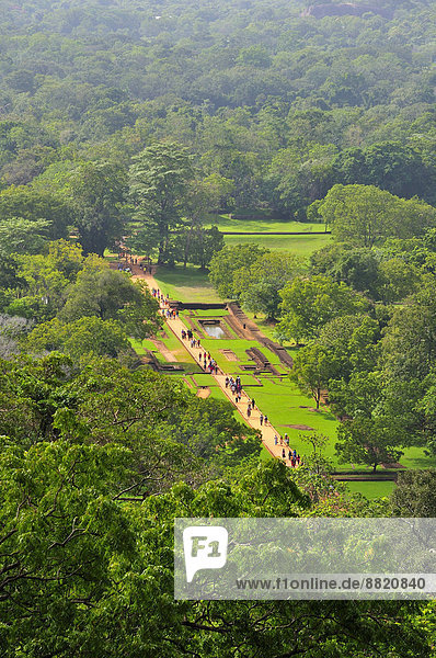 Ausblick von oben auf die unteren Ruinen der Festung am Löwenfelsen  UNESCO Weltkulturerbe  Sigiriya  Zentralprovinz  Sri Lanka