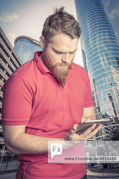 USA  Texas  Houston  junger Mann mit digitalem Tablett