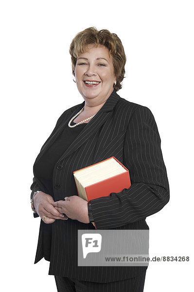 Porträt einer Rechtsanwältin mit Gesetzbuch