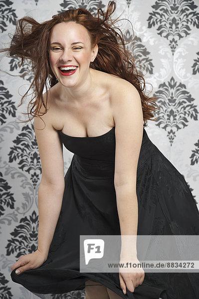 Porträt einer jungen Frau im schwarzen Kleidchen