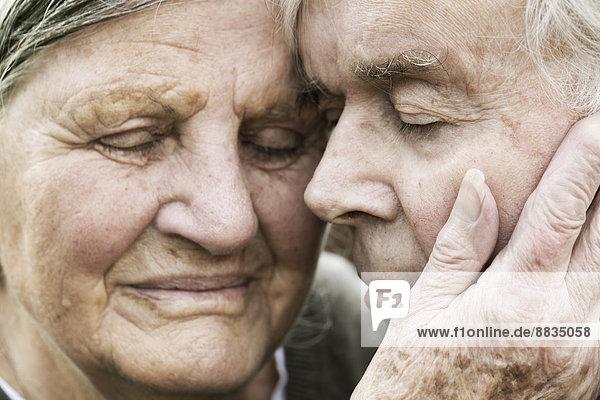 Porträt eines älteren Paares Kopf an Kopf mit geschlossenen Augen