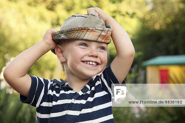 Porträt des lächelnden kleinen Jungen mit Sonnenhut