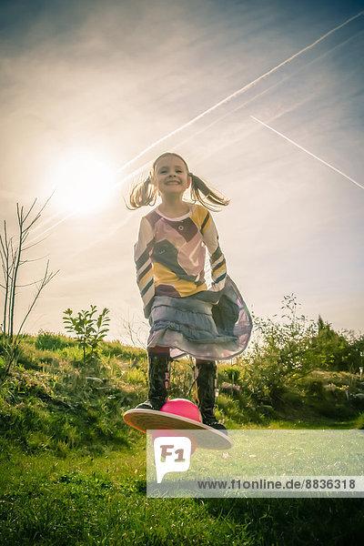 Kleines Mädchen spielt mit Moon Hopper Kleines Mädchen spielt mit Moon Hopper