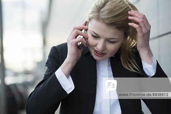 Junge Geschäftsfrau mit Handy