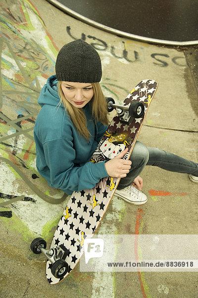 Junge Frau im Skatepark