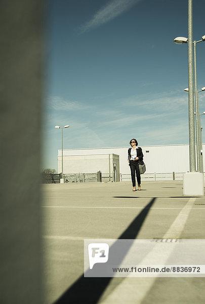 Geschäftsfrau auf Parkebene stehend
