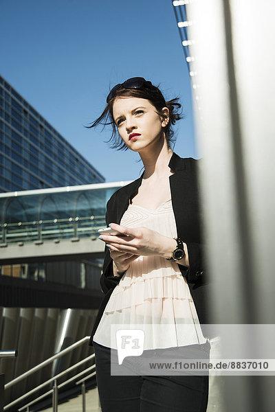 Porträt der jungen Geschäftsfrau  die wartet