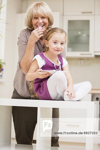 Kleines Mädchen und Großmutter in der Küche
