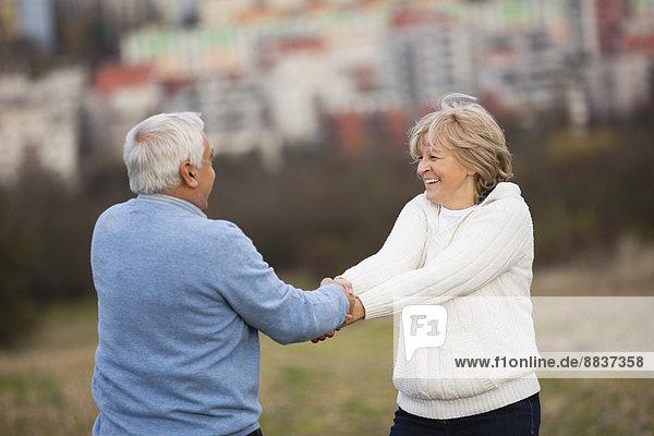 Seniorenpaar Hand in Hand