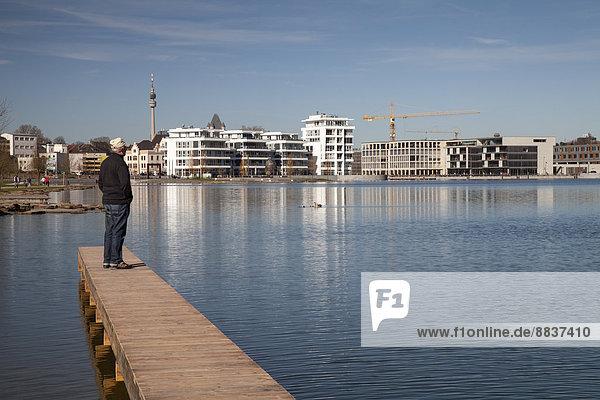 Deutschland  Nordrhein-Westfalen  Dortmund-Hörde  Phoenix-See  Senior auf Holzsteg stehend