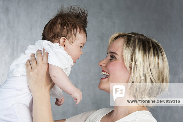 Junge Mutter mit Baby  5 Monate  Deutschland