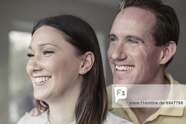 Glückliches Paar schaut weg