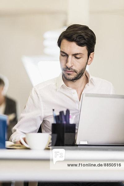 Geschäftsmann am Schreibtisch im Büro