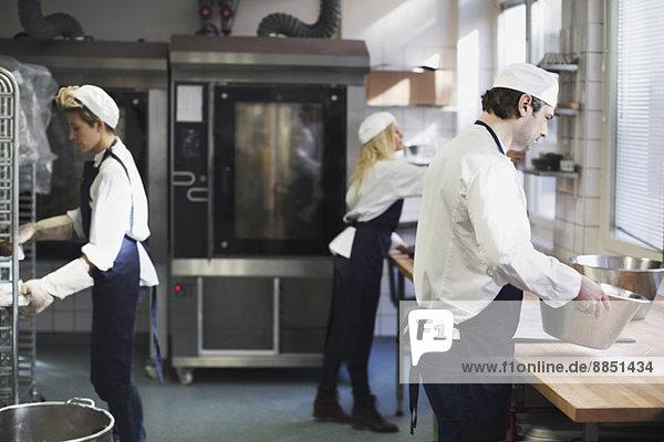 Bäcker in der Küche der Bäckerei