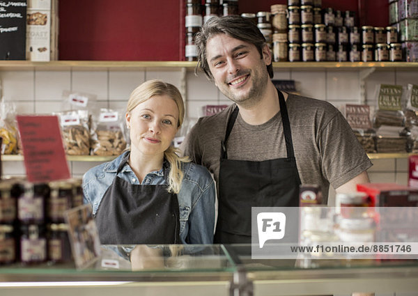 Porträt eines lächelnden Arbeiters im Supermarkt
