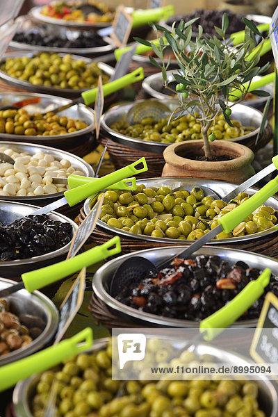 Verschiedene Oliven an einem Marktstand  L'Île Rousse  Balagne  Korsika  Frankreich