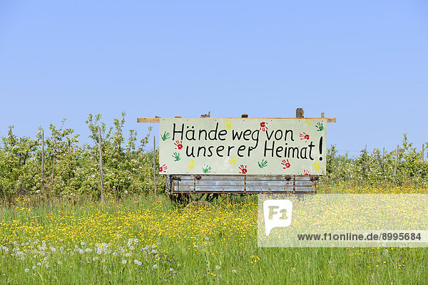 'Schild ''Hände weg von unserer Heimat''  Holzweilerhof bei Großbottwar  Baden-Württemberg  Deutschland'