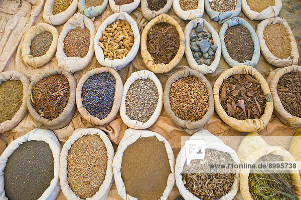 Gewürze in Säcken werden auf einem Souk zum Verkauf angeboten  südliches Marokko