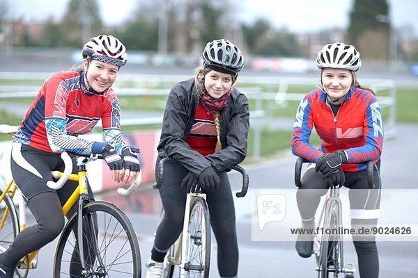 Porträt von drei jungen Radlerinnen auf dem Velodrom