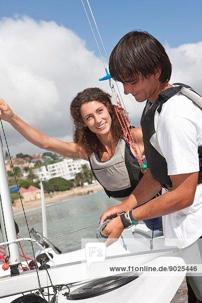 Zwei junge Freunde bei der Vorbereitung des Segelbootes im Hafen