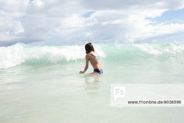 Mädchen spielt im Meer