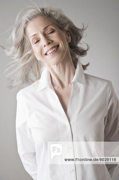 Reife Frau lächelt
