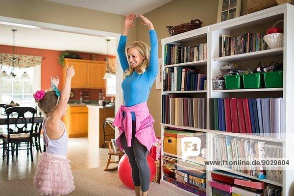 Mutter und kleine Tochter üben Ballett