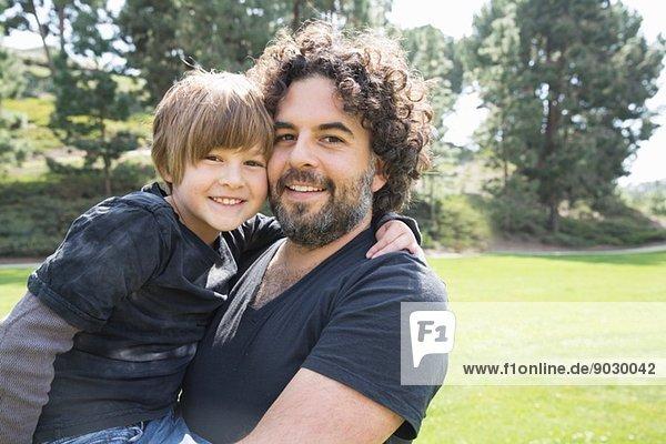 Porträt des stolzen Vaters und Sohnes im Park