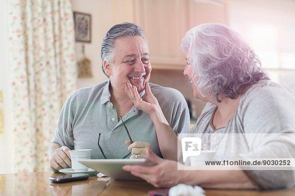 Zärtliches erwachsenes Paar  das zu Hause frühstückt.