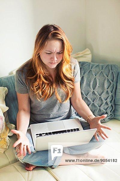 Vereinigte Staaten von Amerika USA Interior zu Hause benutzen Frau Notebook Mittelpunkt Erwachsener