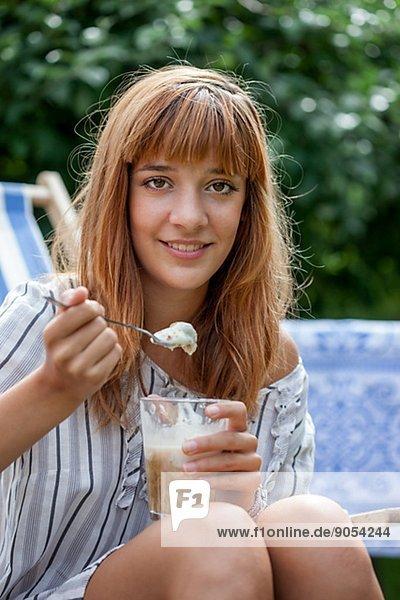Frau  jung  Eiscreme  Eis  essen  essend  isst
