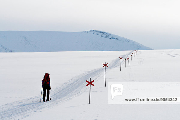 Skifahrer  folgen  Ski  Schneemobil