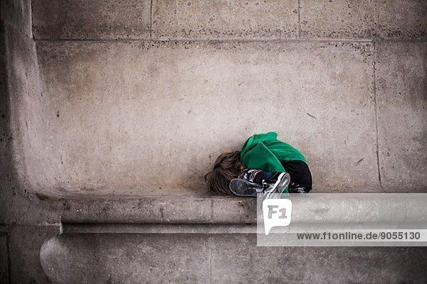 liegend  liegen  liegt  liegendes  liegender  liegende  daliegen  Wand  Junge - Person