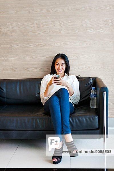 Frau  Couch  Telefon  jung  Handy