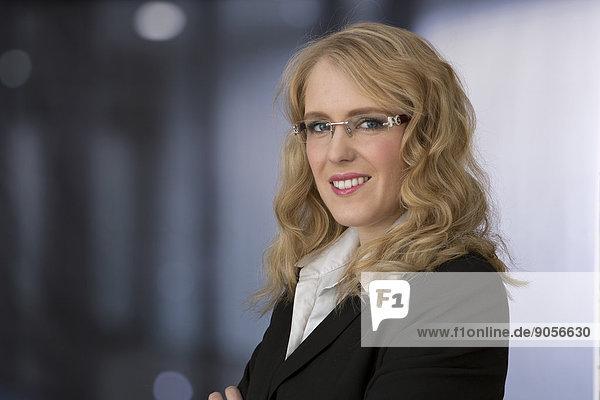 Lächelnde blonde junge Geschäftsfrau  Porträt