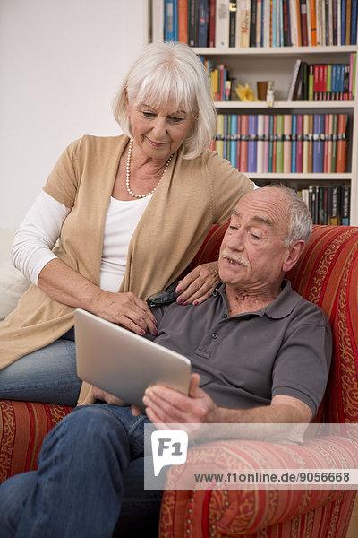 Interior zu Hause Senior Senioren benutzen Notebook