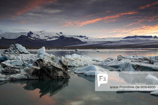 Eisberge  Gletscherlagune Jökulsárlón im Abendrot  Vatnajökull Gletscher  Austurland  Ost-Island  Island
