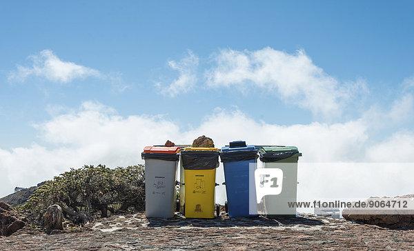 Vier Mülltonnen vor blauem Himmel  Roque de los Muchachos  La Palma  Kanarische Inseln  Spanien