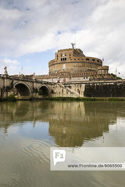 Tiber mit Ufer  Castel Sant?Angelo oder Engelsburg  Mausoleo di Adriano oder Mausoleum von Kaiser Hadrian  Engelsbrücke  Rom  Latium  Italien